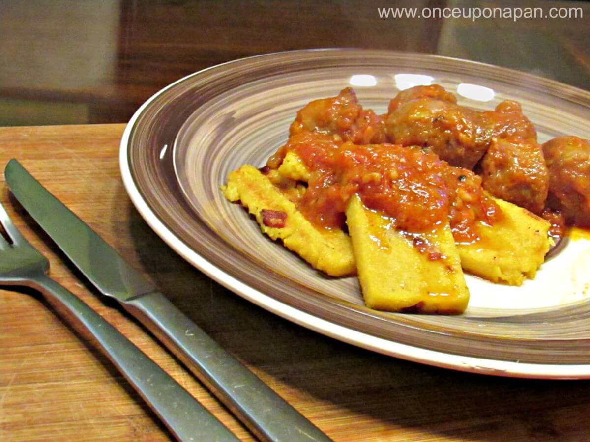 Grilled polenta with sausages and tomato sauce